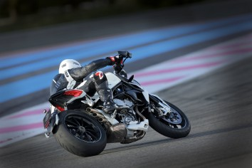 mv-agusta-brutale-dragster-800-action